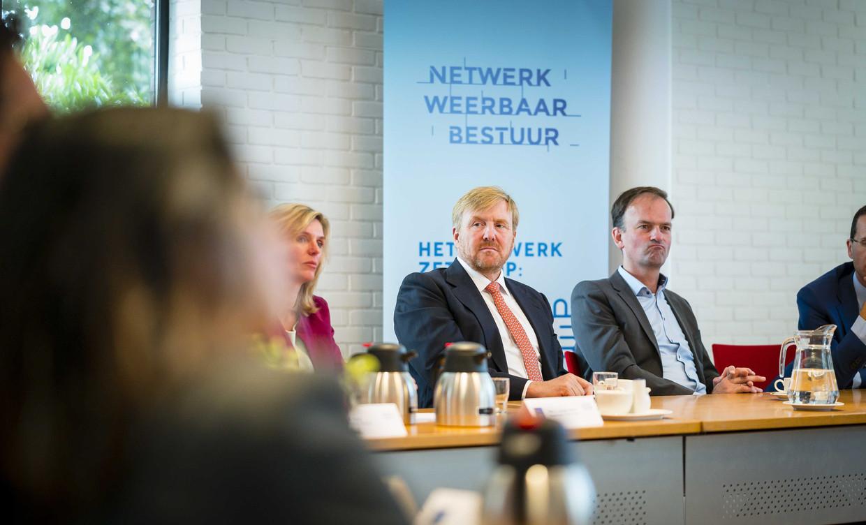 Koning Willem-Alexander tijdens een werkbezoek bij een Ondersteuningsteam Weerbaar Bestuur.