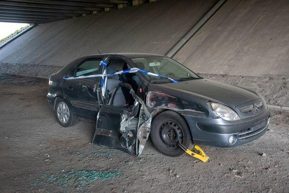 De na een ongeval beschadigde Citroën is in beslag genomen onder de brug aan de Akkerstraat in Melle.