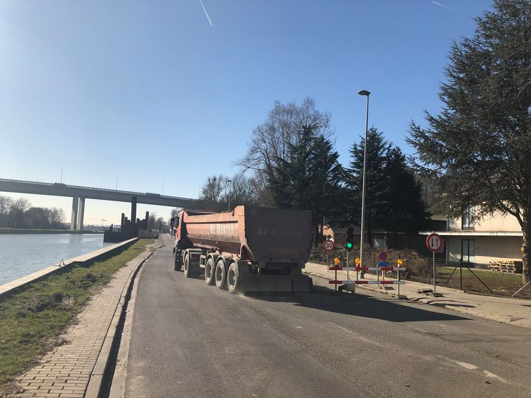 Zware vrachtwagens mogen vanaf vandaag weer tijdelijk door op de Brusselsesteenweg.