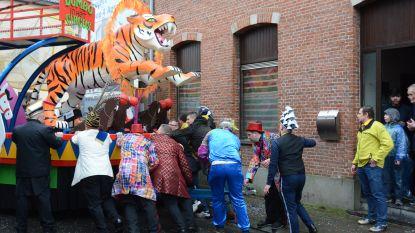 Carnavalswagen Oekandanou maatje te groot voor Steendorp