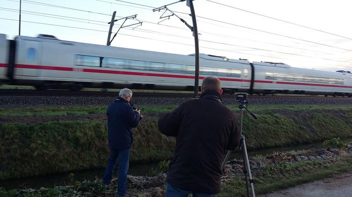 Treinspotters wachten de ICE op de Betuweroute bij Valburg af.
