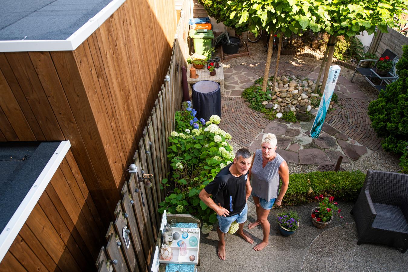 De zorgunit in achtertuin van buren. Zitten Meindert en Trudy de Haas opeens tegen een wand van 3 meter hoog en 6 meter lang aan te kijken. © Maarten Sprangh