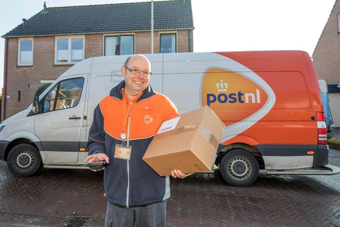 Pakketbezorger Peter Roelofs  is met een pakket op weg naar een klant.
