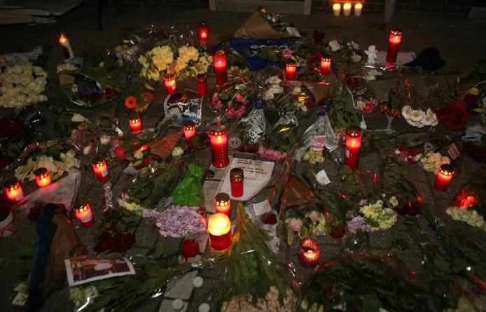 Mensen die meeleven met het slachtoffer en zijn familie hebben vele kaarsen aangestoken en bloemen gelegd.