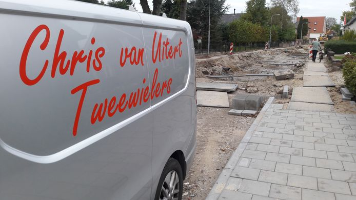 De bus van Chris van Uitert staat op afstand van zijn zaak door de opengebroken Teisterbandstraat.