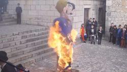 Schokkend: Kroatisch dorp verbrandt pop van homokoppel