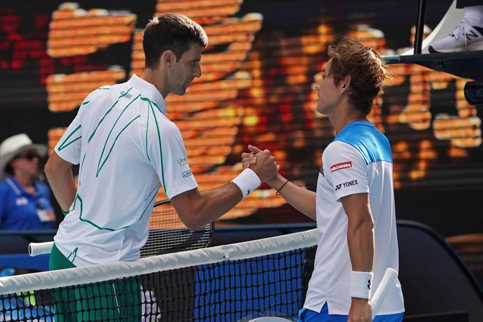 Novak Djokovic wordt gefeliciteerd door Yoshihito Nishiok.