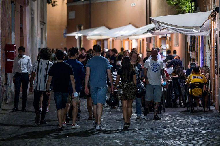 Zaterdagnacht in de wijk Trastevere in Rome.  Beeld EPA