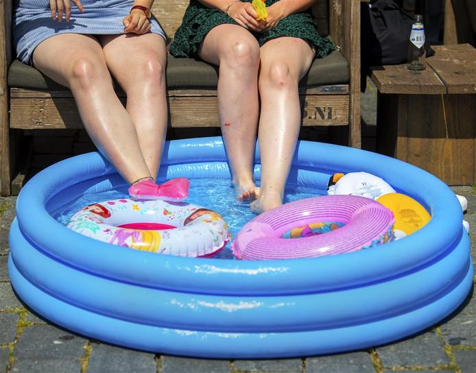 Met je voeten in een badje verkoeling zoeken. Zou het nodig zijn deze zomer?