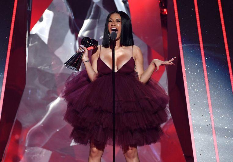 Cardi B neemt de award voor 'Best New Artist' in ontvangst tijdens de iHeartRadio Music Awards 2018