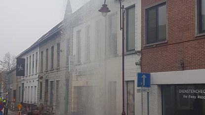 Waterlek spuit tot boven de huizen