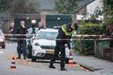 Een agent bij de woning aan de Julianalaan in Hengelo waar het familiedrama plaatsvond.