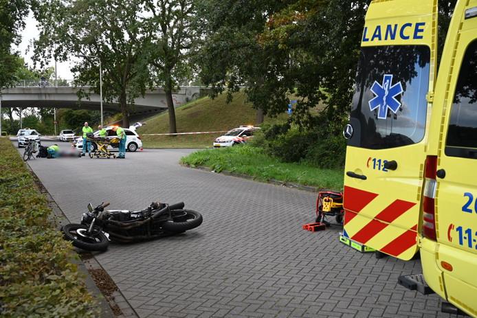 Bestuurder motorfiets zwaargewond na aanrijding met fietser in Tilburg