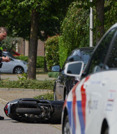 Bestuurder van snorscooter rijdt in op geparkeerde auto in Oss