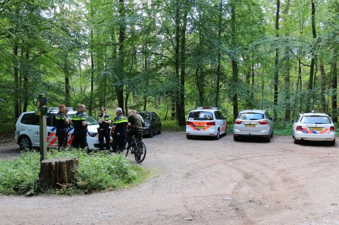Veel politieauto's in het buitengebied van Enschede donderdagmorgen