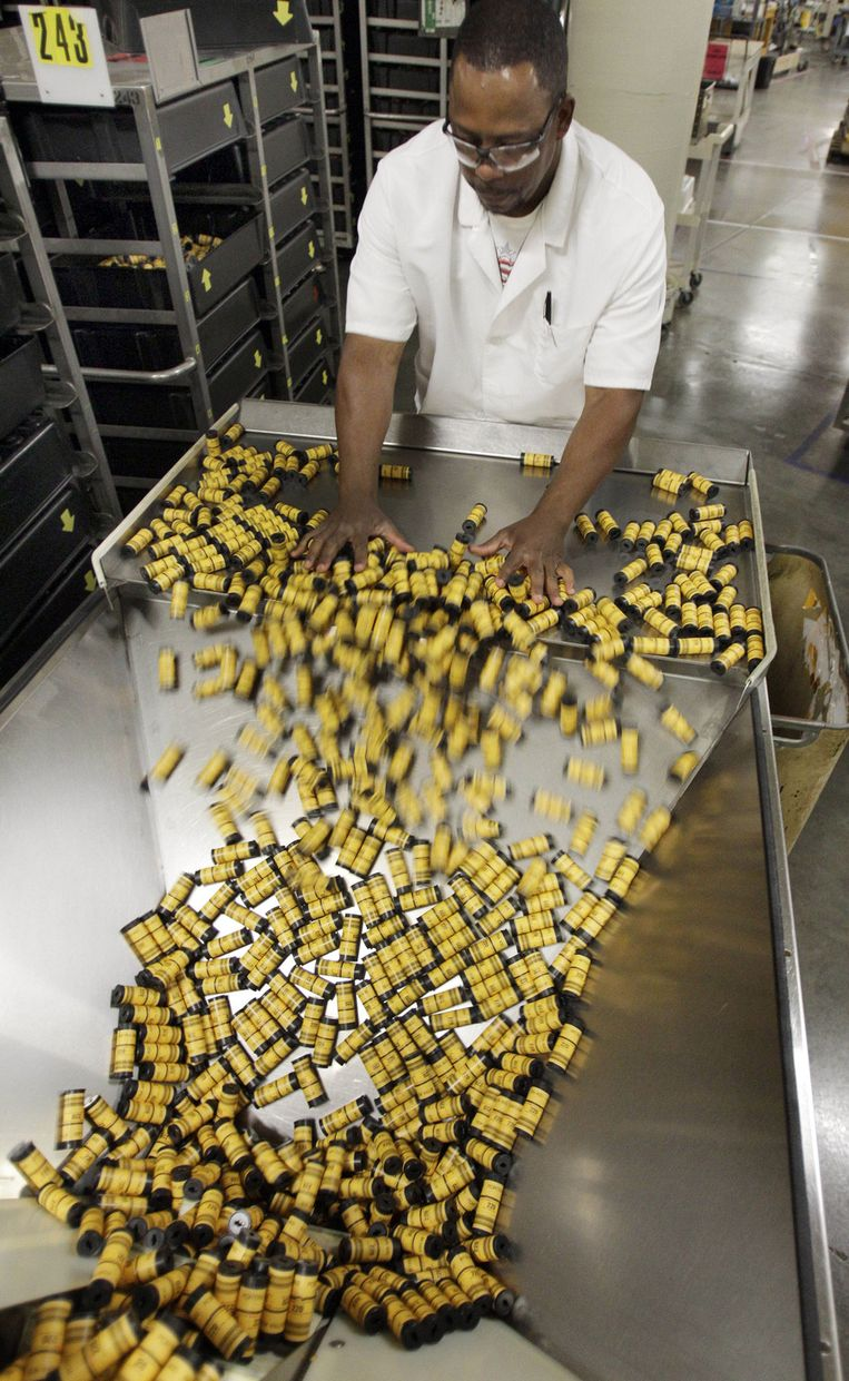 Earl Blackmon vult een machine die filmrolletjes verpakt in mei 2011 in de Kodak-fabrieken in Rochester. © AP Beeld