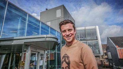 Niels Destadsbader wordt met smoes naar stamcafé gelokt, nu is hij officieel ereburger van Deerlijk