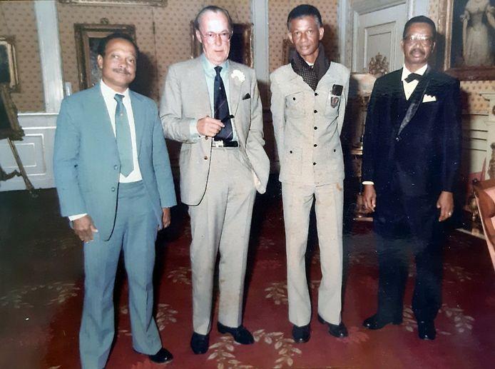 Delegatie van de Federatie Oud-Strijders en Ex-militairen in Suriname, op bezoek bij Prins Bernhard op Paleis Soestdijk (1981 of 1982). Van links naar rechts: Wilfred van Gom, Prins Bernhard, Fred van Russel en dhr. Herfst
