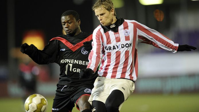 Gandu (links) speelde in 2011 voor Almere City