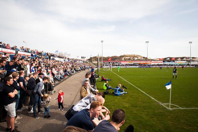 Een tribune gevuld met supporters van Quick Boys