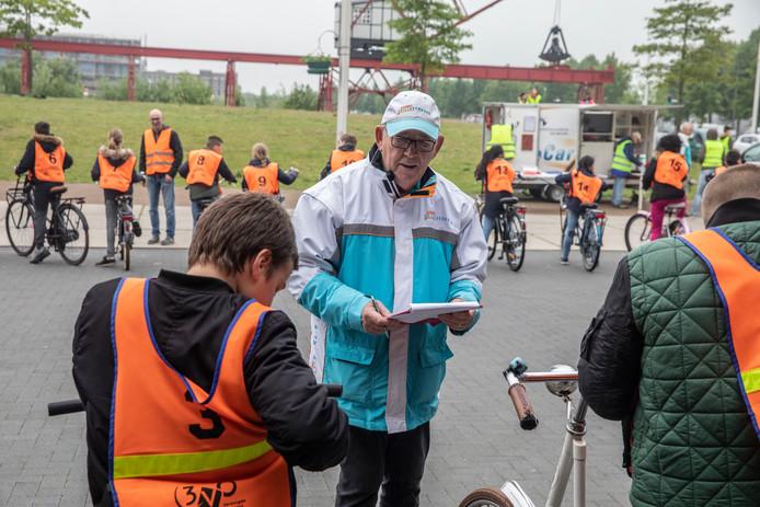 Vrijwilliger Joop van Osch tijdens het fietsexamen van VVN in Helmond.