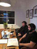 Jort Brink (links) en zijn broer Bart leggen via een online verbinding aan de Zutphense voorzieningenrechter uit, waarom hun zaak ten onrechte werd gesloten.