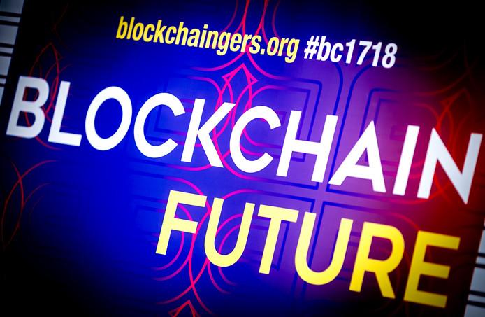 Een banner tijdens de Blockchain Summit in de Ridderzaal.