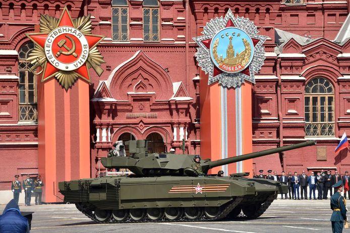 Le tank T-14 Armata possède une tourelle inhabitée. Cette solution révolutionnaire permet d'assurer une meilleure protection de l'équipage, confiné dans une capsule blindée isolée. Il est aussi doté d'une mitrailleuse de 12,7 mm.