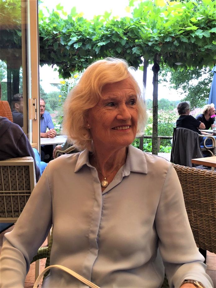 Ellen de Jong op een terras, enkele jaren voor haar overlijden.