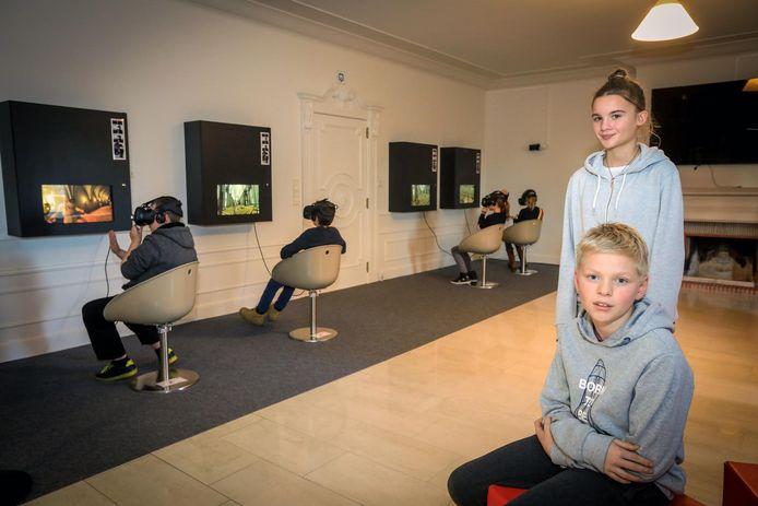 Pieter-Jan Lagey en Lara Pattyn genoten van de Virtual Reality in het abdijmuseum.