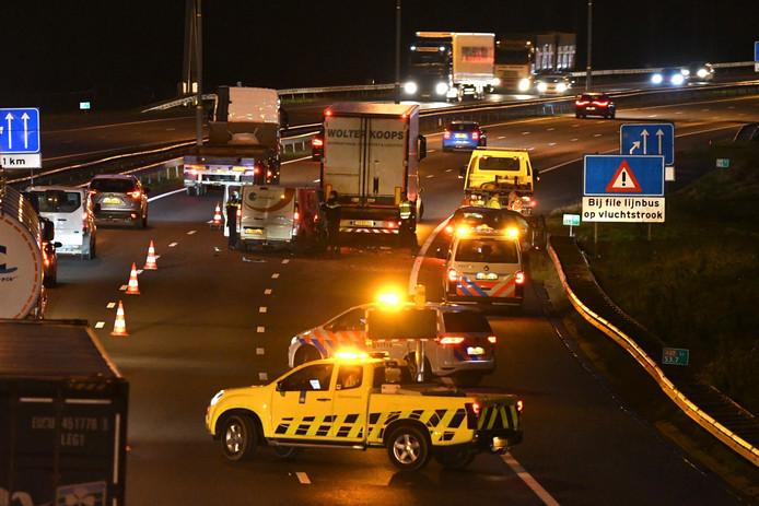 Bij een botsing op de A27 bij Vianen zijn drie voertuigen betrokken.