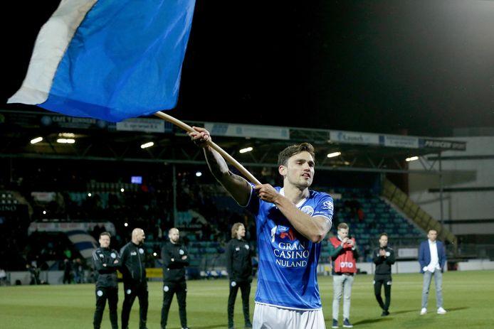 Sam Kersten zwaait met een FC Den Bosch-vlag na de 2-0-winst op Go Ahead Eagles op 3 mei van dit jaar.