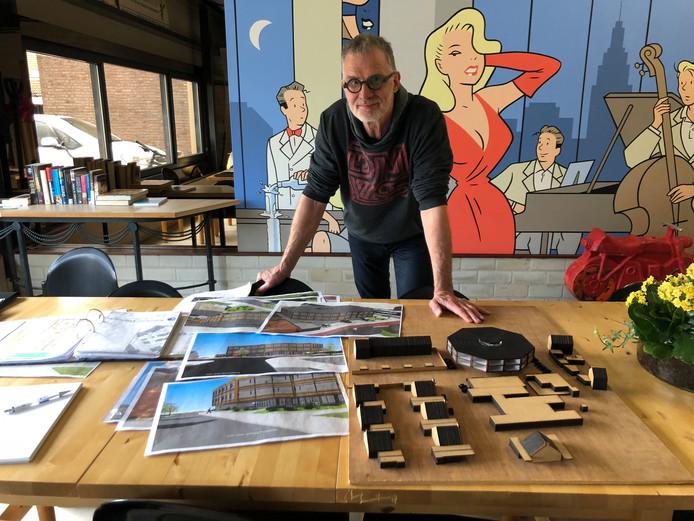 Joop van de Geijn bij de maquette en tekeningen van zijn bouwplan voor de hoek Cluselaan-Fransebaan in de Achtse Barrier in Eindhoven.