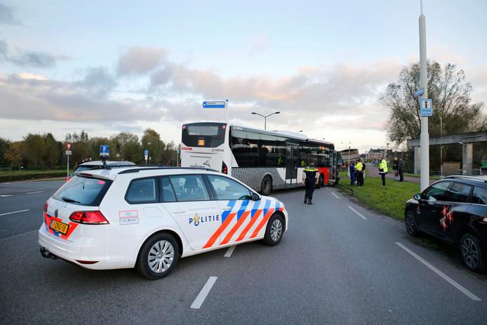 Stadsbus ramt auto in Geertruidenberg.