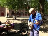 Broeder Dieleman verkoopt nieuwe plaat vanuit een bakfiets