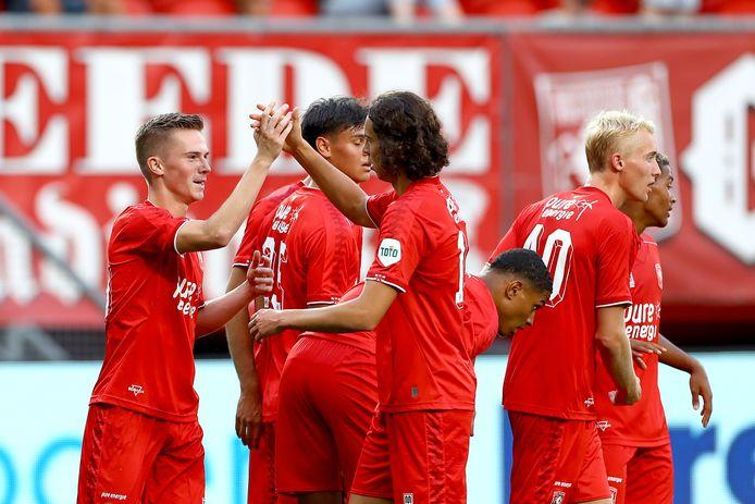 Daan Rots (links) wordt gefeliciteerd na zijn eerste goal in het eerste elftal.