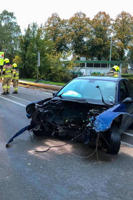 18-jarige gewond bij ongeluk, motorblok auto weggeslingerd