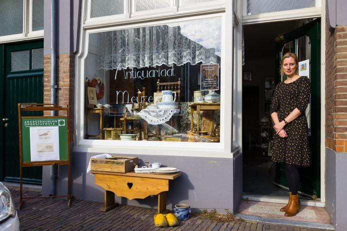 Mariska Meuzelaar in haar Antiquariaat in de Burchtstraat te Heusden.