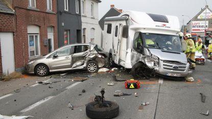 Twee zwaargewonden bij frontale crash