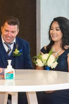 Tinderkoppel trouwt paar maanden na eerste ontmoeting in lockdown: 'Liefde op het eerste gezicht'