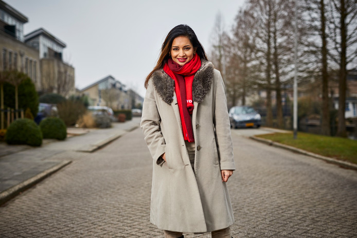 Samen met Arie Kooijman van GroenLinks heeft Reshma Roopram (PvdA) de petitie getekend voor meer zekerheid voor jongvolwassenen in Barendrecht.