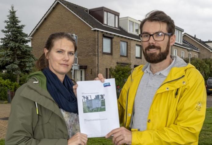 Het gezin Overduin baalt dat er pal bij de voortuin een fiks uit de kluiten gewassen transformatorhuis zal worden gebouwd.