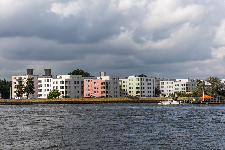 De woningen op IJplein zijn het eerst uitgevoerde project van de beroemde architect Rem Koolhaas.