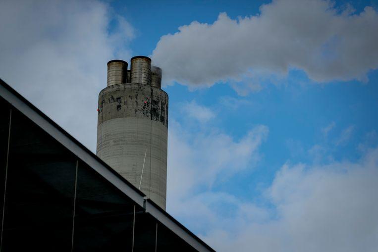 Een schoorsteen van het Afval Energie Bedrijf (AEB). Beeld ANP