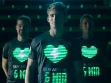 Philips komt met shirt dat nabijheid defibrillator toont met groene ledlichtjes
