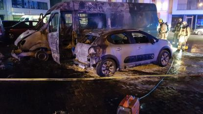 Felle brand op marktplein legt drie auto's in de as