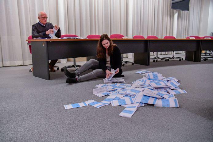 Tellen van de stemmen in het gemeentehuis in Best.