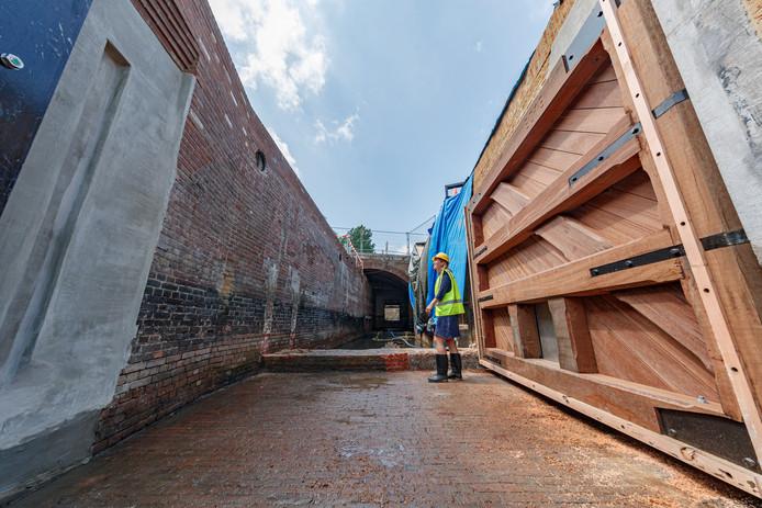 De Keenesluis heeft sinds vanmorgen haar nieuwe twee ton zware deur gekregen. Ineke van de Weijgaert, een van de grote motivators om de sluis de restaureren, kijkt haar ogen uit.