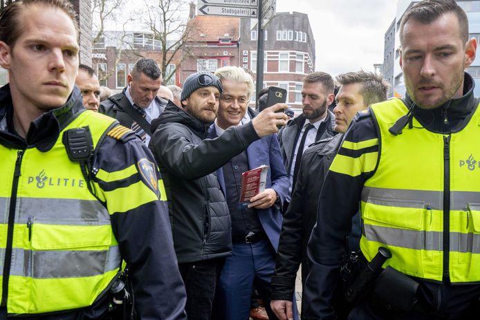 Wilders tijdens zijn flyeractie