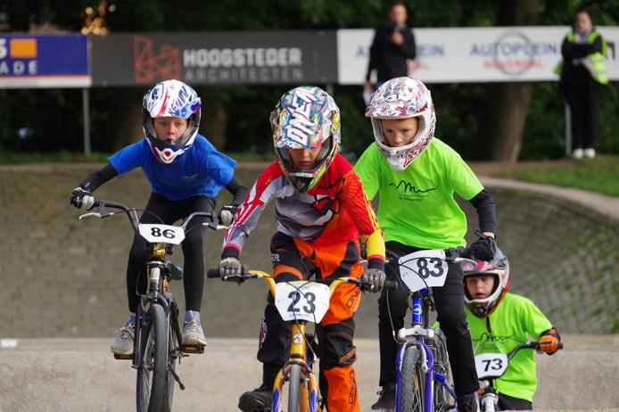 Zo'n 140 basisscholieren uit de gemeente Hellendoorn namen deel aan de scholierencross op de wedstrijdbaan van De Lochsprinters aan de Beethovenlaan.